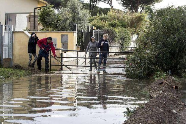 Allagamenti al quartiere Infernetto a Roma (Ansa)