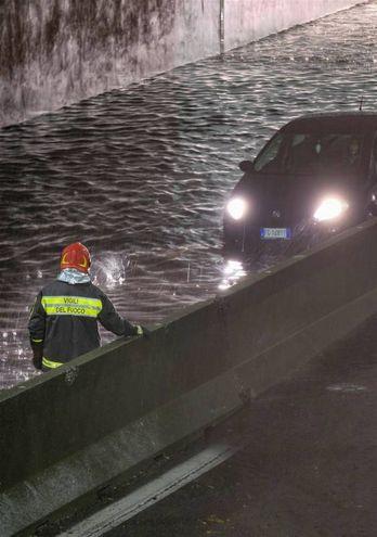 Disagi per la pioggia nel quartiere Comasina: sottopasso di viale Enrico Fermi allagato