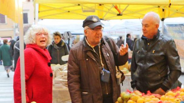 Il mercato agricolo in piazza Gramsci