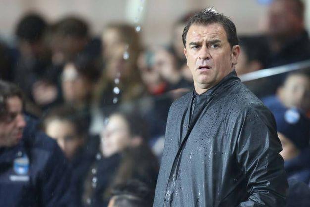 Mister Semplici osserva la partita sotto la pioggia (foto LaPresse)