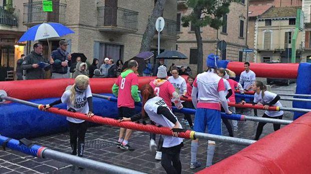 PUBBLICO Alcuni momenti della gara e il calcio balilla umano
