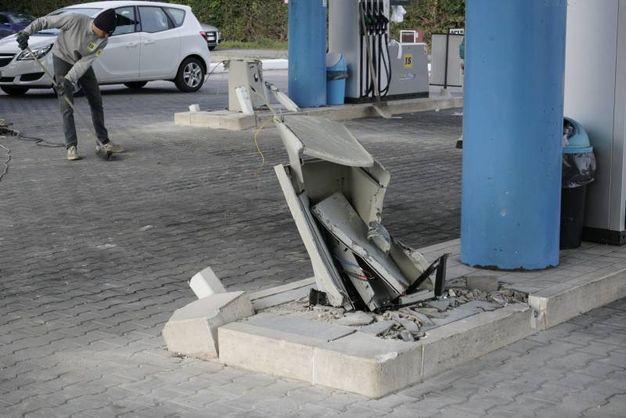 I danni al distributore (foto Zeppilli)