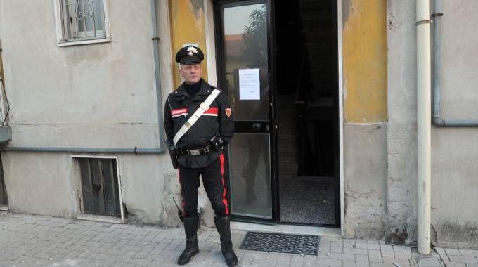 I carabinieri davanti alla palazzina di via Dante