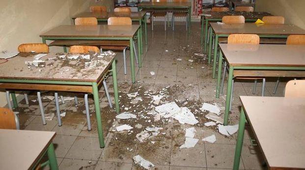 I calcinacci caduti a scuola (foto Artioli)