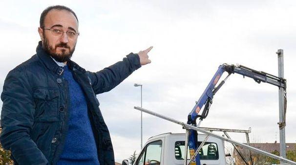 Lorenzo Maggi sovrintende alla rimozione di un cartellone