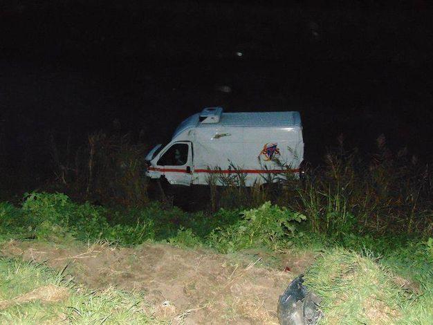 Il furgone è finito suori strada, nel canale (foto Braghin)