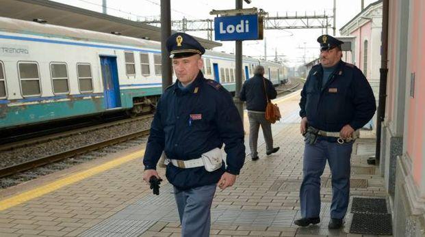 CONTROLLI Agenti della polizia presidiano la stazione di Lodi L'aggressione ai danni del migrante è avvenuta intorno alle 22.15