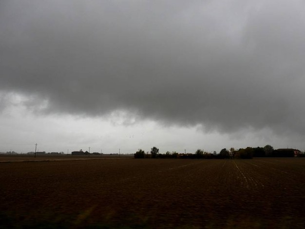 Nubi 'cariche' d'acqua sopra i cieli della Romagna (Foto Scardovi)