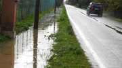 Un fossato colmo d'acqua in via Pastorella a Voltana (Foto Scardovi)