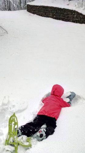 Prima neve in Appennino: un bimbo gioca nella neve al Lago Santo (Foto Vanoni)