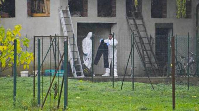 Gli investigatori con i pantaloni macchiati di sangue
