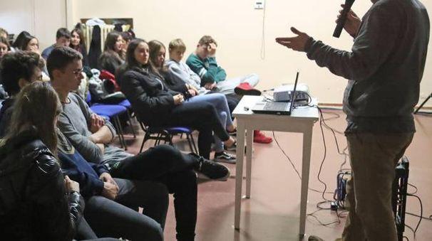 Ennio Sergio ha introdotto ieri la proiezione del corto 'Siamo tutti in transizione' realizzato nel 2015 dagli alunni di 3ª O del liceo Laura Bassi di Bologna con il supporto dei Documentaristi Emilia Romagna