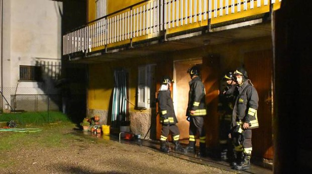 I vigili del fuoco nell'abitazione di Pierina Casotti a Salvarano di quattro Castella (Foto Artioli)