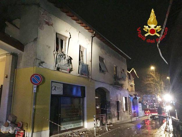 Esplosione in appartamento a Pogliano Milanese, vigili del fuoco al lavoro