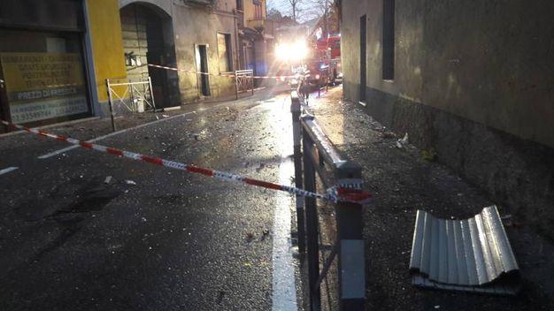 Esplosione in appartamento a Pogliano Milanese, la strada bloccata