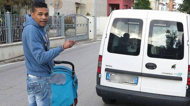 Omar Khalifa,  41 anni, mostra la pericolosità di viale  Zavagli