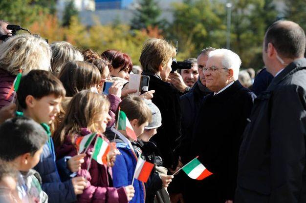 Mattarella accolto da tanti giovanissimi con le bandierine (foto Calavita)