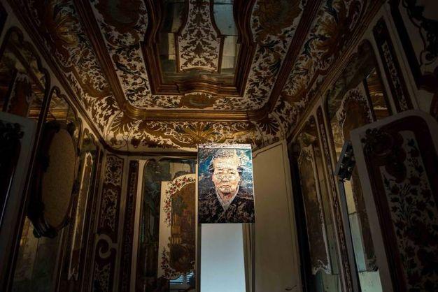 Le decorazioni del soffitto della Villa Reale di Monza fanno da splendida cornice agli scatti del fotografo