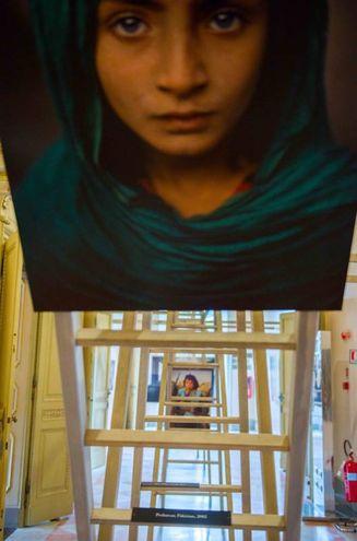 L'allestimento scenografico rende ancora più suggestive le immagini di McCurry