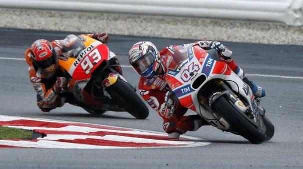 Uno dei tanti duelli fra Marquez (col numero 93 in sella alla sua Honda) e Dovizioso (col fedele 4 sulla sua Ducati)