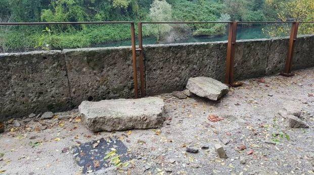 Alcuni grossi massi precipitati al suolo sulla passeggiata appena ristrutturata dal Comune
