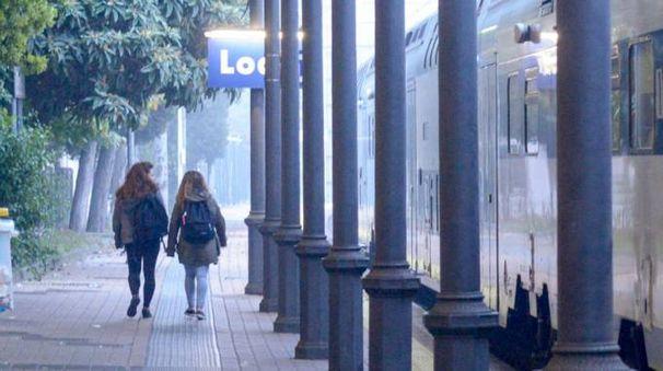 Lo scalo di Lodi col treno della linea S1, la stessa su cui il 40enne avrebbe palpeggiato una 19enne e una 20enne (Cavalleri)