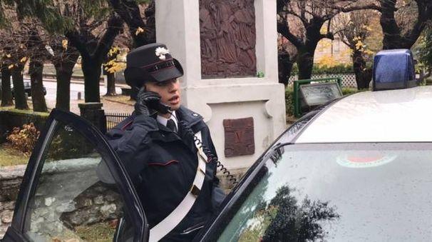 I carabinieri di Cuvio davanti ai tabernacoli presi di mira