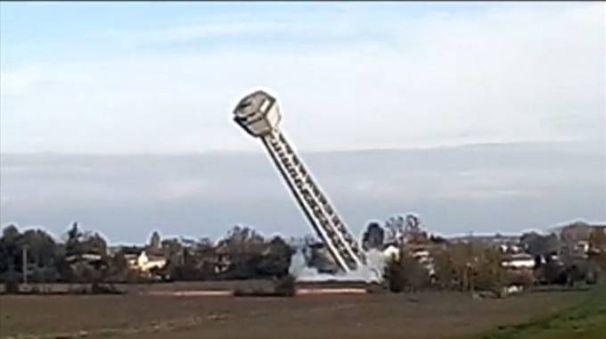 Un fermo immagine del video sulla demolizione della torre dell'acquedotto