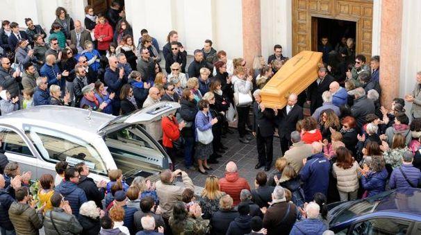 Folla davanti alla chiesa dell'Immacolata all'uscita del feretro (foto Pierpaolo Calavita)
