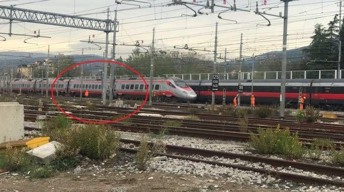 Il treno deragliato (foto Marco Mori/New Pressphoto)