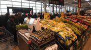 All'ingresso frutta, verdura e prodotti stagionali (fotoSchicchi)