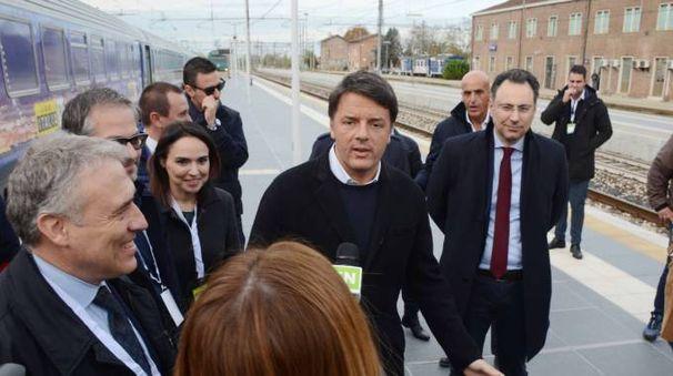Matteo Renzi sul binario 6 alla stazione di Rovigo