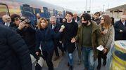 Renzi appena sceso sul binario 6 in stazione (foto Donzelli)