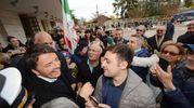Renzi con cronisti e simpatizzanti (foto Donzelli)
