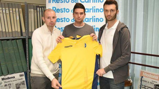 I tre dipendenti del Modena ieri in redazione mostrano una maglia del club