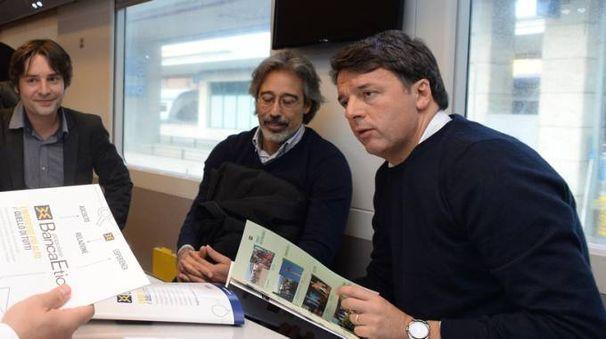 Matteo Renzi sul treno del tour (Lapresse)