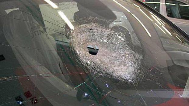 Sasso sfonda il parabrezza di un'auto