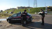 Sasso sfonda il parabrezza di un'auto con 5 persone: donna muore per choc