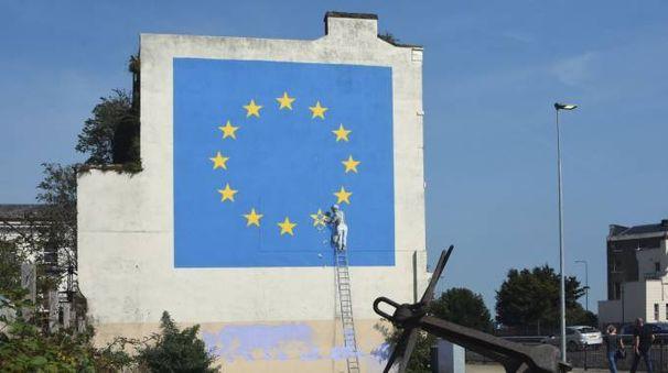 A Dover cancellata una stella da un murales di Banksy (LaPresse)