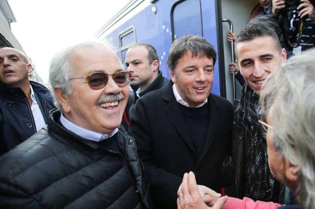 Il sindaco Giannini accoglie Renzi sul binario (foto Petrangeli)