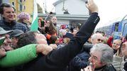 Un selfie con i sostenitori (foto Petrangeli)