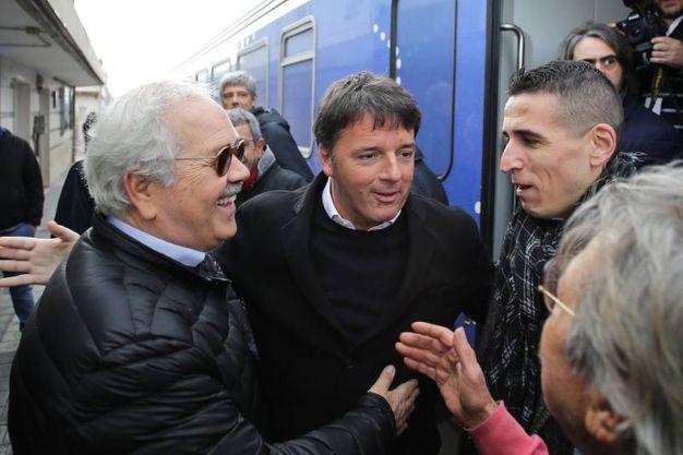 Renzi e il sindaco Giannini all'arrivo del treno (foto Petrangeli)