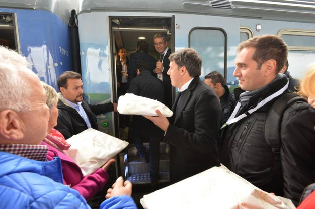 Matteo Renzi arriva col treno 'Destinazione Italia' alla stazione di Forlì (foto Frasca)