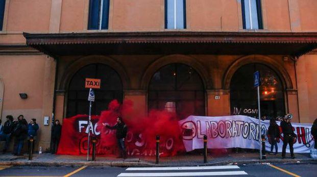 I manifestanti davanti alla stazione (foto Schicchi)