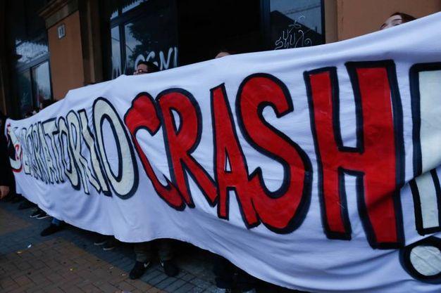 Lo striscione di protesta in via Zanolini (foto Schicchi)