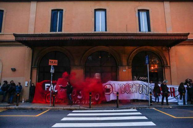 L'occupazione dell'ex stazione Veneta di via Zanolini (foto Schicchi)