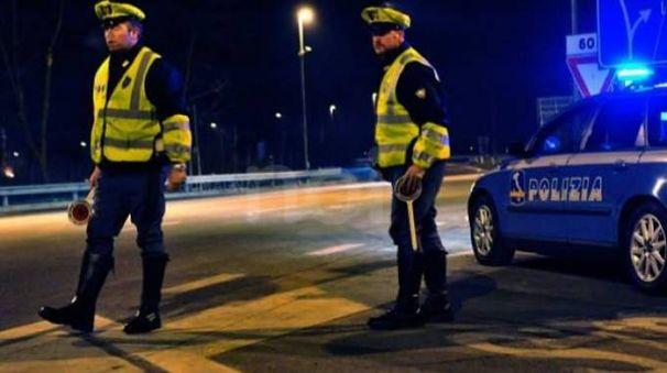 Gli agenti della polizia stradale