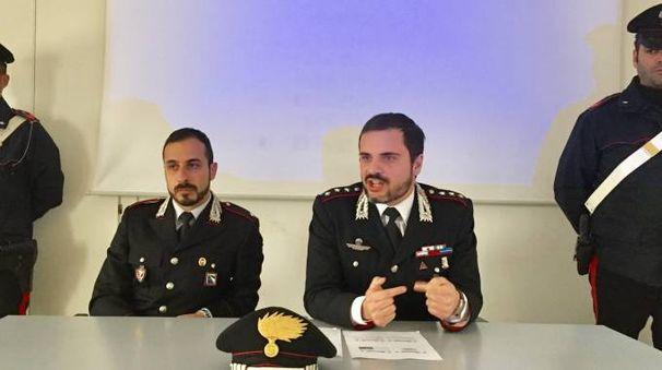 L'OPERAZIONE Illustrata dal capitano Francesco Esposito (a destra) e dal sottotenente Matteo Alessandrelli