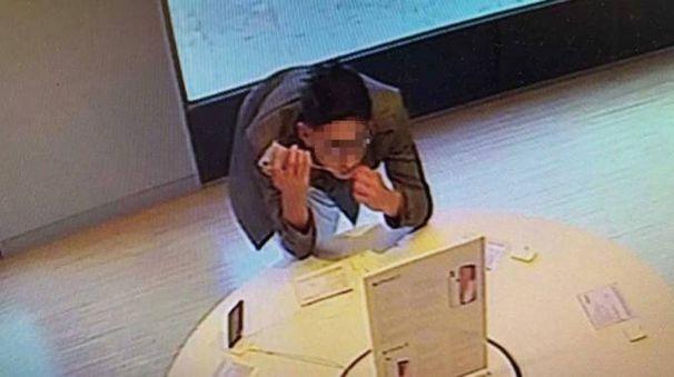 Ecco il ladro 'roditore' ripreso dalle telecamere di sorveglianza del negozio di via Borgo dei Leoni