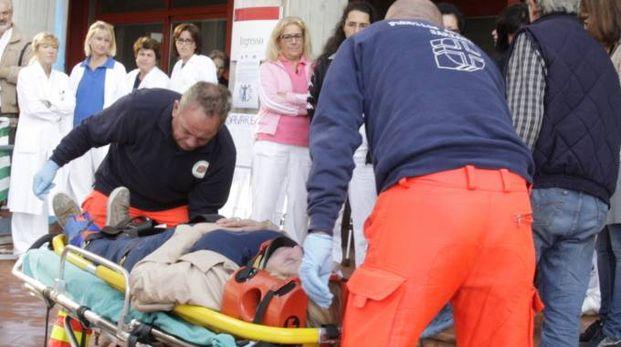 Un intervento di soccorso nel piazzale dell'ospedale San Bartolomeo di Sarzana (foto d'archivio)